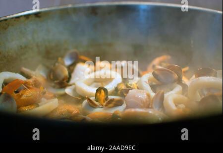 La cuisson des moules, crevettes et crabes sur une casserole. Vue rapprochée de fruits de mer dans une poêle. Cuisine Tranditional