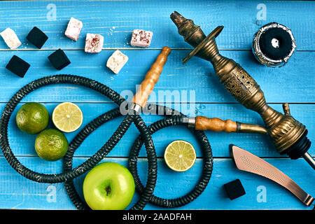 Le narguilé. Le tabac avec pomme et de lime saveur. Vue d'en haut Banque D'Images