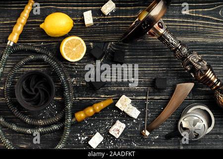 Narguilé arabe avec une saveur de tabac d'un mélange de citron. Vue de dessus d'un fond en bois foncé Banque D'Images
