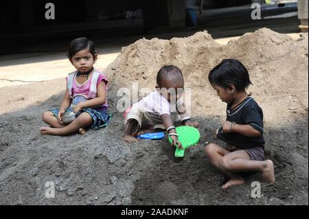 Pune; Mharashtra; Inde; 31/12/2015: Asie du sud-est de l'Inde rurale - Enfants jouant au chantier de Pune Banque D'Images