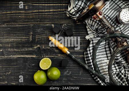 Narguilé arabe avec une saveur de tabac d'un mélange de chaux. Vue de dessus d'un fond en bois foncé Banque D'Images