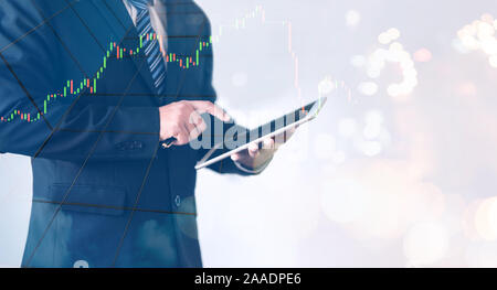 Business man holding avec tablette graphique forex