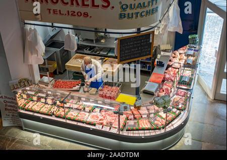 Boucher qui fait des hamburgers de viande dans son magasin dans le marché intérieur vu de Scarborough North Yorkshire Angleterre Royaume-Uni Grande-Bretagne Banque D'Images