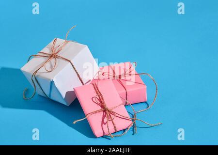 Enveloppé dans du papier Craft craft boîtes actuelles ruban bow corde avec SHA Banque D'Images