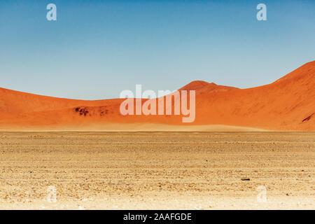 Dans les dunes de sable rouge de Sossusvlei, Deadvlei, Namib-Naukluft National Park, Namibie, Afrique
