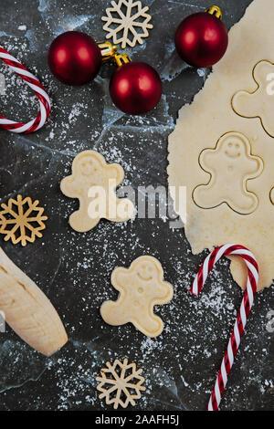 Passage télévision lay concept pour la cuisson de cookies de Noël avec déployé, pâte à biscuits, cookies en forme d'avion gingerbread men ans decora saisonniers Banque D'Images