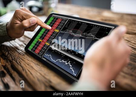 Close-up of young analyse l'état du marché boursier On Digital Tablet