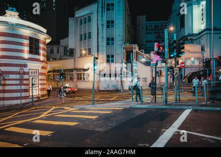 Les gens qui marchent autour de Wyndham Street la nuit. Les régions peuplées et international d'affaires et financier de hong kong Banque D'Images