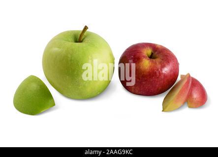 Deux pommes - une pomme rouge et une pomme verte isolée sur fond blanc avec chemin de détourage. Contient des tranches de pommes et pommes entières. Banque D'Images