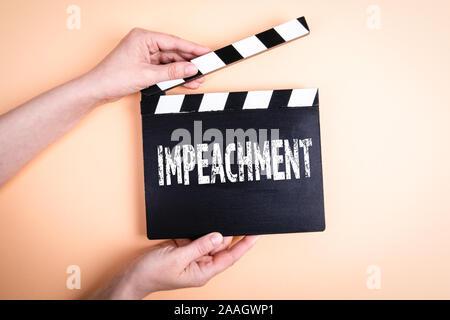 Mise en accusation. La politique, la corruption, d'enfreindre la loi et de l'avidité concept. Les mains tenant movie clapper Banque D'Images