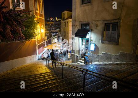 Les gens manger dehors à Calcada do Duque, rue piétonne pavée qui relie et Rossio Bairro Alto à Lisbonne, Portugal, dans la soirée. Banque D'Images