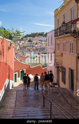 Les gens à Calcada do Duque, rue piétonne pavée qui relie et Rossio Bairro Alto à Lisbonne, Portugal. Le Château Sao Jorge est en arrière-plan Banque D'Images