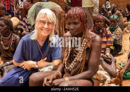 L'Éthiopie, de l'Omo, Turmi, marché hebdomadaire, premier western tourist avec tribal femme Hamar Banque D'Images