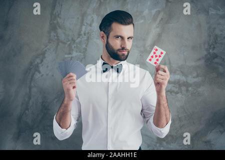 Photo de carte intelligente smart player vous montrant l'accent en démontrant les différentes combinaisons de cartes plus isolé mur de béton gris fond couleur Banque D'Images