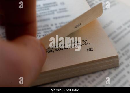 Close up plan macro sur personne part doigts tourner la pages de livre Banque D'Images