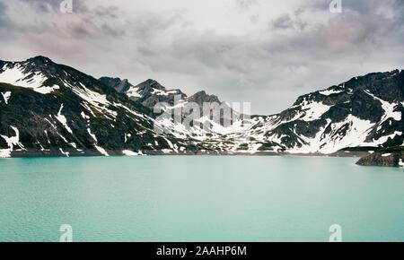 La neige a couvert mountainscape entourant le lac, Bludenz, Vorarlberg, Autriche