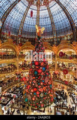 PARIS, FRANCE - Le 21 novembre 2019: l'arbre de Noël 2019 est arrivé aux Galeries Lafayette Departement store, avec sa magnifique coupole de style Art Nouveau. Banque D'Images