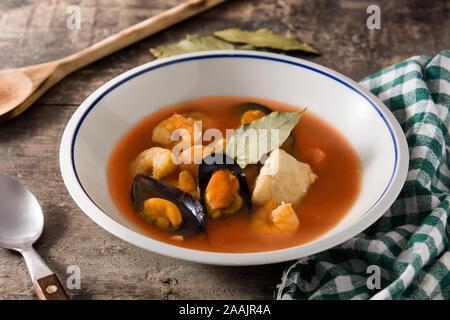 Soupe de bouillabaisse française sur table en bois Banque D'Images