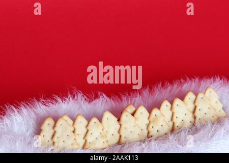Edition 2019 Treeselets Jacobs, en forme d'arbre de Noël / chips crackers, alignés pour ressembler à une scène de la forêt d'hiver Banque D'Images