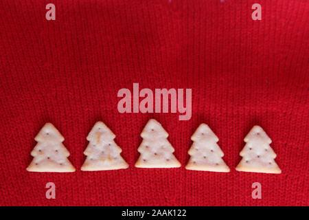 Edition 2019 Treeselets Jacobs, en forme d'arbre de Noël / chips crackers, basé sur Cheeselets, dans une ligne sur fond rouge Banque D'Images