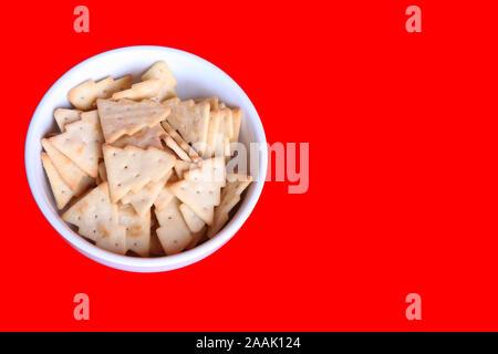Edition 2019 Treeselets Jacobs, en forme d'arbre de Noël / chips crackers, basé sur Cheeselets, dans un bol isolé sur fond rouge Banque D'Images