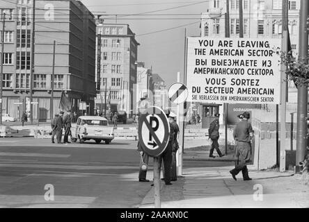 """Le point de contrôle dans l'ouest de Berlin, l'Allemagne de l'Ouest avec panneau """"Vous quittez le secteur américain"""" en quatre langues, photo de Thomas J. O'Halloran, Octobre 1961"""