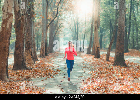 Woman jogging dans un parc