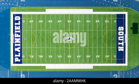 Un drone/Vue aérienne de l'Plainfield South High School football, entouré d'une piste bleue. Banque D'Images