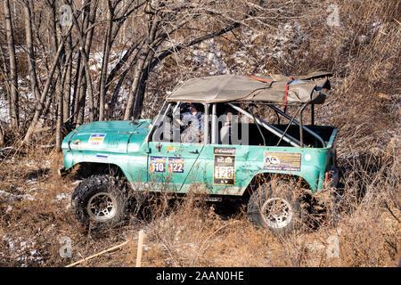 Jeep UAZ surmonte les obstacles rencontrés dans la forêt Banque D'Images