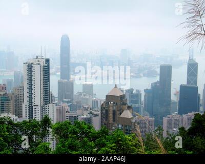 Sykline de Hong Kong dans le smog, vu depuis le Pic Victoria Banque D'Images