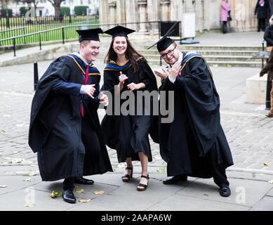 Un groupe de professionnels diplômés de l'Université York St John porter une blouse et un mortier de chapeaux à leurs diplômes à York Minster Banque D'Images