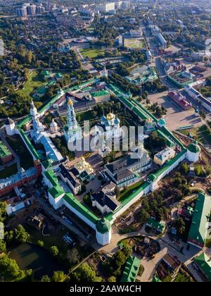 Vue du drone de la laure de la Trinité Saint Serge en ville, Moscou, Russie