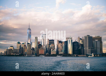Skyline de New York vu du ferry pour Staten Island, États-Unis