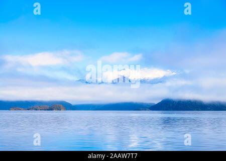 Vue panoramique sur le Lac Manapouri contre ciel à Te Anau, île du Sud, Nouvelle-Zélande Banque D'Images