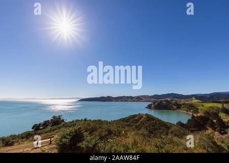 Vue panoramique sur la baie de Waitawa contre ciel bleu clair à Auckland, Nouvelle-Zélande Banque D'Images
