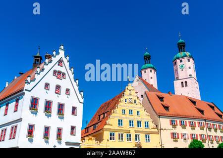 Low angle view of architecture historique et de l'Eglise contre ciel bleu clair à Wemding, Bavière, Allemagne
