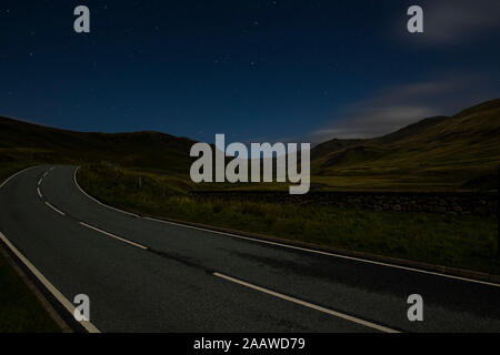 Royaume-uni, Ecosse, Glenshee, empty country road at night Banque D'Images