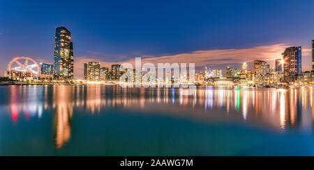 Bâtiments lumineux en face de la rivière Yarra à Melbourne, Australie
