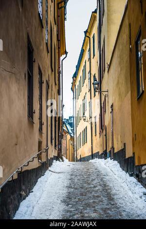 Ruelle étroite en hiver dans la vieille ville de Stockholm, Suède
