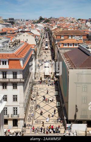 Les piétons sur la rue vu de l'Arc de Triomphe, Lisbonne, Portugal