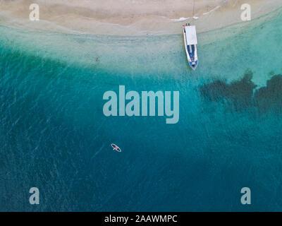 Drone abattu de paddleboard sur Gili-Air à l'île de Bali, Indonésie