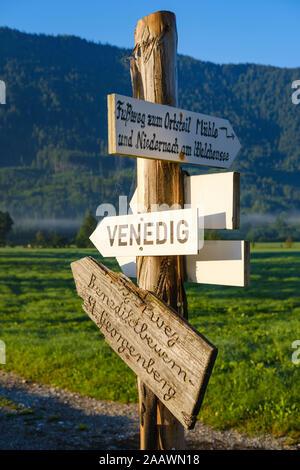 Allemagne, Berlin, Isarwinkel, Jachenau, panneau pour des sentiers de randonnée Banque D'Images