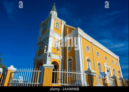 Low angle view of church contre ciel bleu dans la ville de Willemstad, Curaçao Banque D'Images