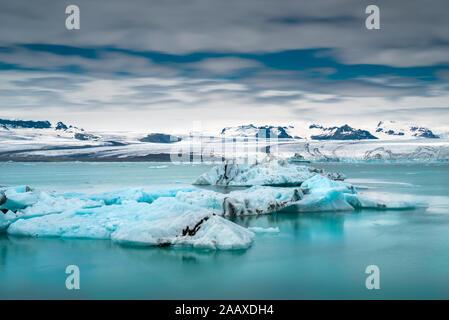 Les icebergs flottent sur glacier Jökulsárlón lagon. Vatnajakull Parc National. Le sud de l'Islande Banque D'Images