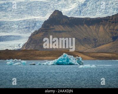 Les icebergs flottent sur glacier Jökulsárlón lagon. Parc national du Vatnajökull. L'Europe du sud de l'Islande Banque D'Images