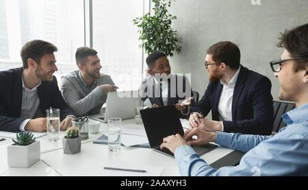 Réunion d'affaires. Les hommes gais discuter contrat réussi Banque D'Images