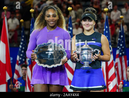 Joueur de tennis canadien Bianca Andreescu et joueuse de tennis américaine Serena Williams se faisant passer de trophées lors de remise d'un trophée en 2019 US Open 10 Banque D'Images