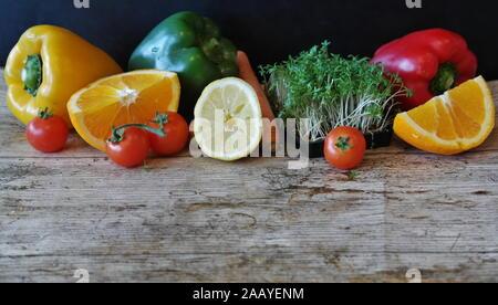 Les légumes frais et colorés et des fruits dans une caisse en bois Banque D'Images