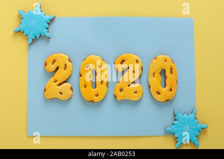 Gingerbread cookies sous forme de chiffres 2020, cadeaux de Noël ou de vacances Noel, bonne année, fond bleu Banque D'Images