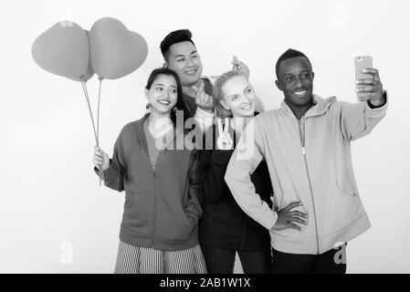 Professionnels divers multi ethnic friends ensemble selfies en maintenant des ballons en forme de coeur prêt pour la Saint-Valentin Banque D'Images